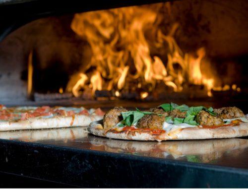 Cuire une pizza au feu de bois : les secrets de cette cuisson